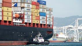 Lastfartyg MSC BRUNELLA som skriver in porten av Oakland arkivfoton