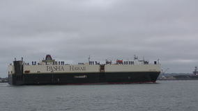 Lastfartyg nära San Diego arkivfilmer