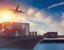 Lastfartyg och flygplan på porten som är klar att resa med packar framförande 3d Royaltyfri Fotografi