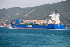 Lastfartyg- och vattenBosphorus kanal i Istanbul, Turkiet Fotografering för Bildbyråer