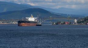Lastfartyg på ankaret i den Burrard öppningen Royaltyfria Bilder