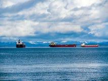 Lastfartyg på Columbiaet River Arkivbilder