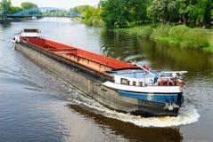 Lastfartyg på en flod Arkivbild