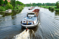 Lastfartyg på en flod Royaltyfri Fotografi