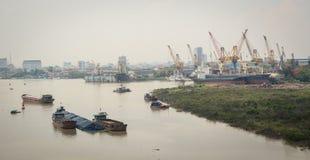 Lastfartyg på floden i Haiphong, Vietnam Arkivfoto