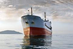 Lastfartyg på havet Arkivbild