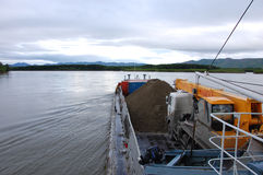 Lastfartyg på Kolyma flodRyssland vildmark Arkivfoton