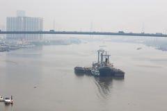 Lastfartyg på porten Arkivfoto