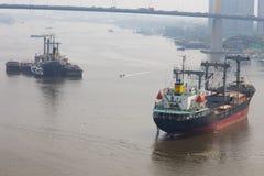 Lastfartyg på porten Arkivfoton