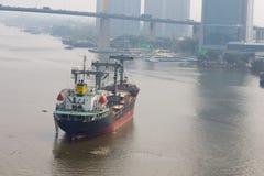Lastfartyg på porten Royaltyfri Bild