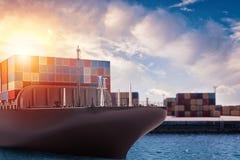 Lastfartyg på porten som är klar att resa med packar framförande 3d Royaltyfria Bilder