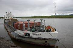 Lastfartyg på Ryssland för Kolyma flodport vildmark Arkivbilder
