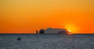Lastfartyg på sunrising arkivfoton
