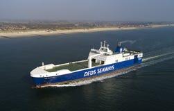 Lastfartyg p? havet arkivbilder