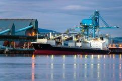 Lastfartyg på natten Royaltyfri Fotografi