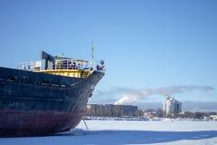 Lastfartyg p? porten royaltyfria bilder