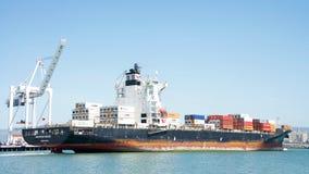 Lastfartyg SEASPAN NINGBO som skriver in porten av Oakland royaltyfria foton