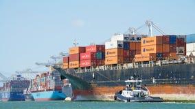 Lastfartyg SEASPAN NINGBO som skriver in porten av Oakland royaltyfri foto