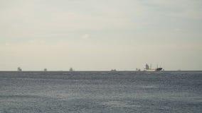 Lastfartyg som ankras i havet Filippinerna Manila royaltyfri foto
