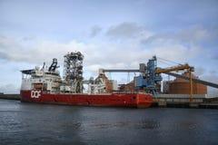 Lastfartyg som anslutas i den Blyth hamnen Arkivbild