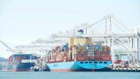 Lastfartyg som anslutas på porten av Oakland Royaltyfri Bild