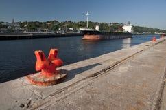 Lastfartyg som in drar. Royaltyfria Foton