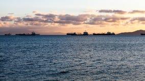 Lastfartyg som förtöjas i hamn Royaltyfri Fotografi