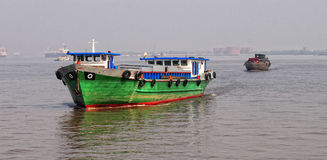Lastfartyg som kör på den LaNga floden i Donai, Vietnam Royaltyfria Bilder