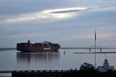 Lastfartyg som lämnar charlestonhamnen royaltyfri foto