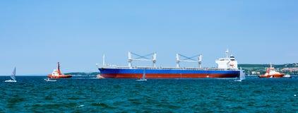 Lastfartyg som lämnar porten Fotografering för Bildbyråer