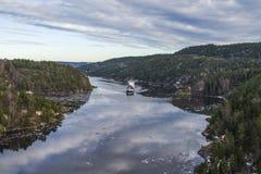 Lastfartyg som lämnar ringdalsfjorden fotografering för bildbyråer