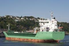 Lastfartyg som låter vara docken Arkivbild