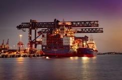 Lastfartyg som laddar behållare på portbotanik, Australien royaltyfri bild