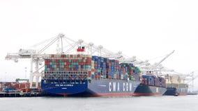 Lastfartyg som laddar på porten av Oakland Arkivbilder
