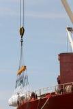 Lastfartyg som laddas med frakter arkivbilder