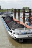 Lastfartyg som laddas med kol som anslutas i hamn arkivbilder