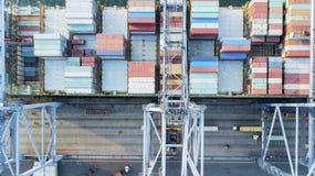 Lastfartyg som lastar av behållare i industriell port royaltyfri foto