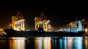 Lastfartyg som lastar av behållaren på port Royaltyfria Bilder