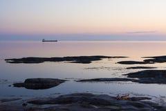 Lastfartyg som passerar den Landsort Stockholm skärgården Arkivbild