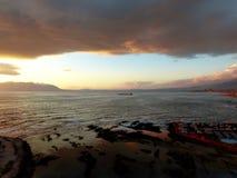 Lastfartyg som väntar för att skriva in antofagasta port under gryning med lågvatten royaltyfria foton