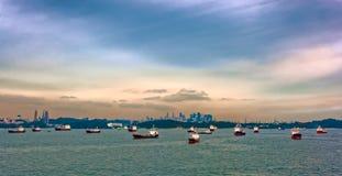 Lastfartyg som väntar i den Singapore hamnen Arkivbilder