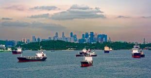 Lastfartyg som väntar i den Singapore hamnen Arkivfoton
