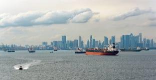 Lastfartyg som väntar i den Singapore hamnen Royaltyfria Foton