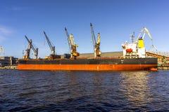 Lastfartygavlastning Arkivbilder