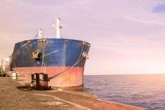 Lastfartygbehållare som förtöjas i en hamn Royaltyfri Bild
