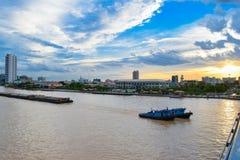 Lastfartyget är en av saker som ses i Chao Phraya River, som är närgränsande till huvudstaden, Bangkok royaltyfri bild