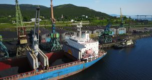 Lastfartyget är i portpir på päfyllningen av kol lager videofilmer