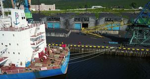 Lastfartyget är i portpir på päfyllningen av kol stock video