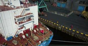 Lastfartyget är i portpir på päfyllningen av kol arkivfilmer