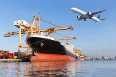 Lastfartyget i hamn- och lastnivån som flyger det ovannämnda skeppet, port royaltyfria bilder